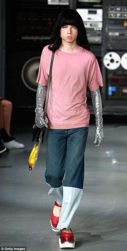 """Tròn mắt xem các """"thảm họa thời trang"""" ít ai dám mặc - 11"""