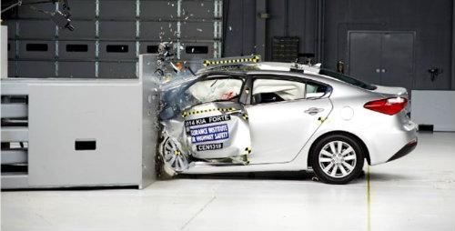 Ấn Độ siết chặt chất lượng xe ô tô do tai nạn gia tăng - 1