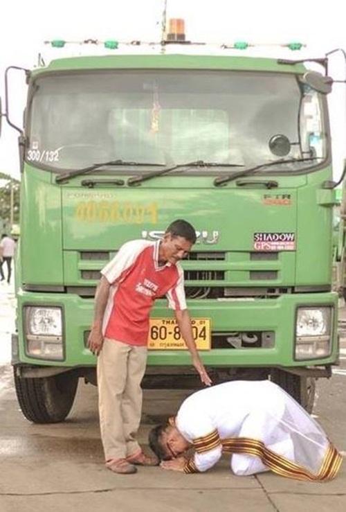 Cử nhân ưu tú quỳ lạy người cha chở rác - 1