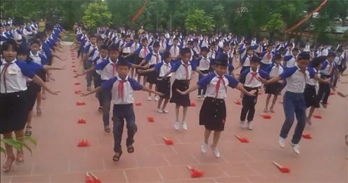 Màn tập thể dục giữa giờ đều tăm tắp của học sinh Thái Bình - 1