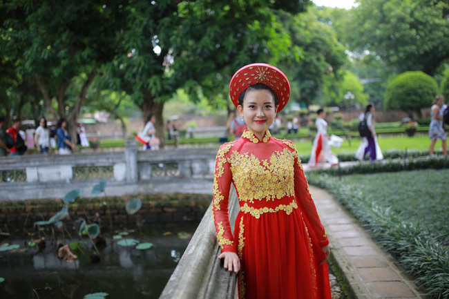 Trong tà áo dài đỏ thắm, Tú Anh mang vẻ đẹp ngọt ngào