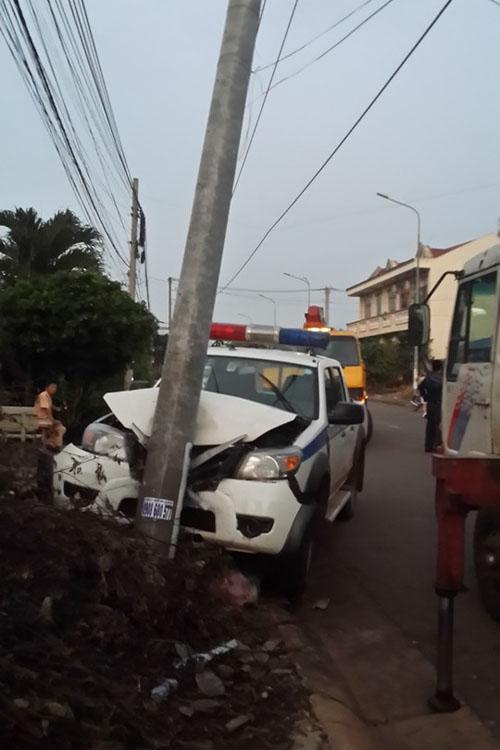 Truy đuổi 2 tên trộm chó, xe CSGT đâm vào cột điện - 1
