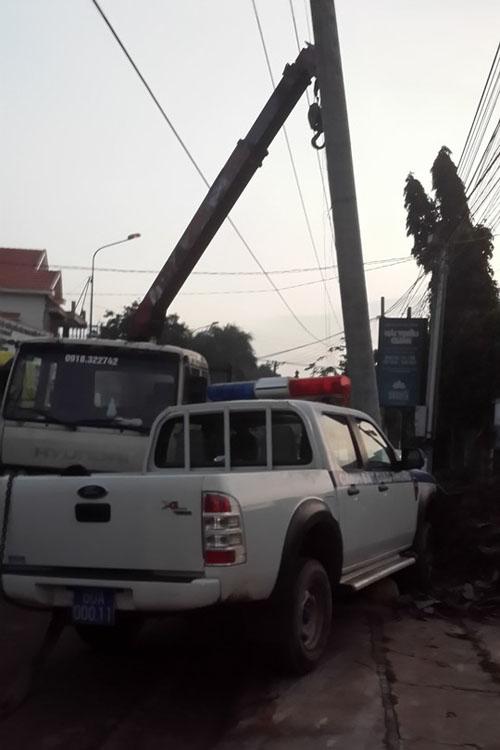 Truy đuổi 2 tên trộm chó, xe CSGT đâm vào cột điện - 2