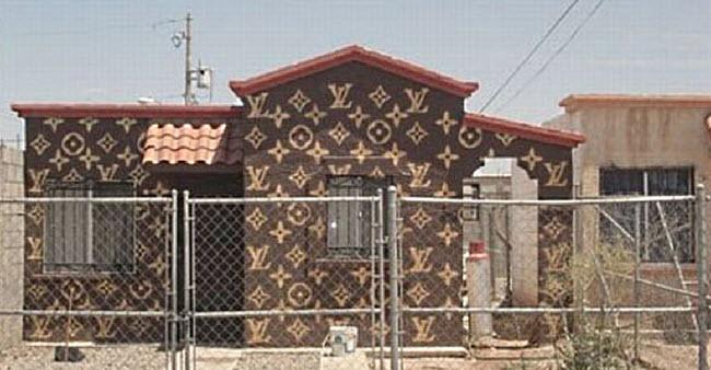 1. Chủ của ngôi nhà này chắc hẳn phải là một tín đồ của nhãn hiệu thời trang xa xỉ Louis Vuitton. Nhưng những ai muốn tham quan bên trong ngôi nhà này, họ sẽ phải tới một vùng hẻo lánh ở Mexico.