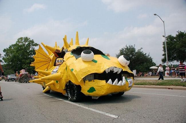 Chiếc xe với hình thù chú cá hung dữ.
