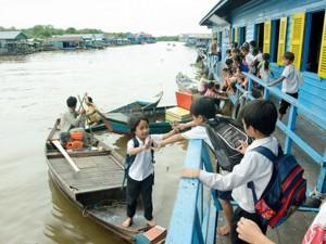 Bạn trẻ - Cuộc sống - Nhói lòng cảnh trẻ em vượt sông tới trường