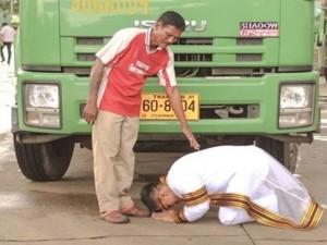 Bạn trẻ - Cuộc sống - Cử nhân ưu tú quỳ lạy người cha chở rác