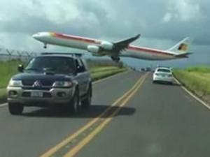 Video: Máy bay suýt chạm vào... người dưới đất