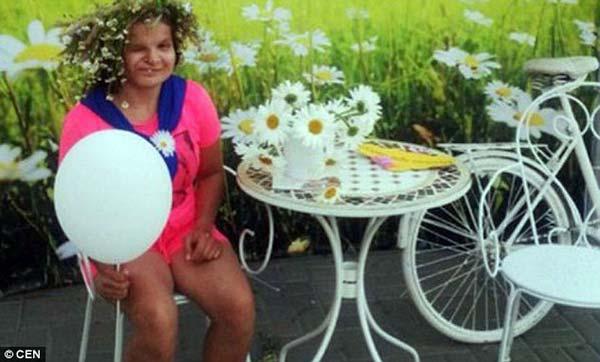 Bà mẹ Nga xinh đẹp từ chối nuôi con tàn tật - 2