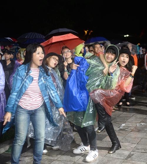Thanh Lam cùng con trai nhảy cực sung dưới mưa - 2