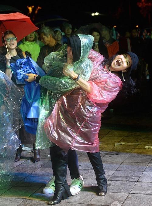 Thanh Lam cùng con trai nhảy cực sung dưới mưa - 3
