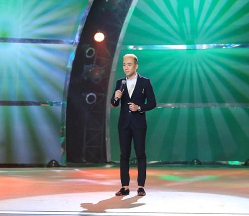 """Trấn Thành khoe """"quả đầu"""" mới, hát tiếng Pháp trên sóng truyền hình - 1"""