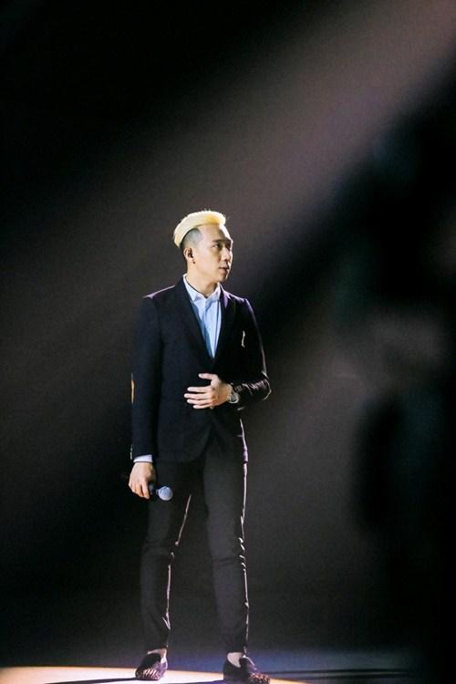 """Trấn Thành khoe """"quả đầu"""" mới, hát tiếng Pháp trên sóng truyền hình - 2"""