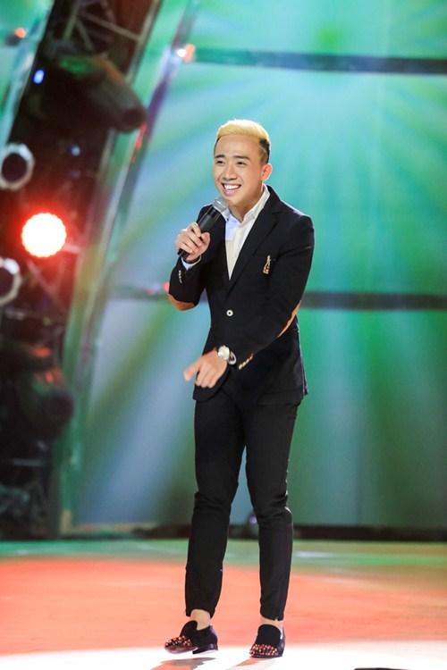 """Trấn Thành khoe """"quả đầu"""" mới, hát tiếng Pháp trên sóng truyền hình - 4"""