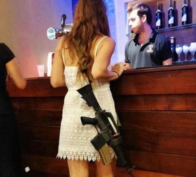 """Vào Bar mà mang  """" hàng nóng """"  làm gì vậy cô em?"""