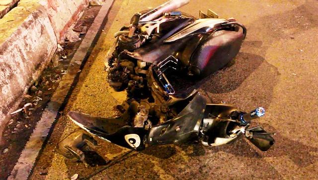 """TP.HCM: Đối đầu ô tô, xe máy """"rớt đầu"""" trong đêm - 2"""