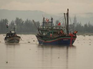 Tin tức trong ngày - Tàu gặp nạn, 10 thuyền viên đứng trên nóc cabin cầu cứu
