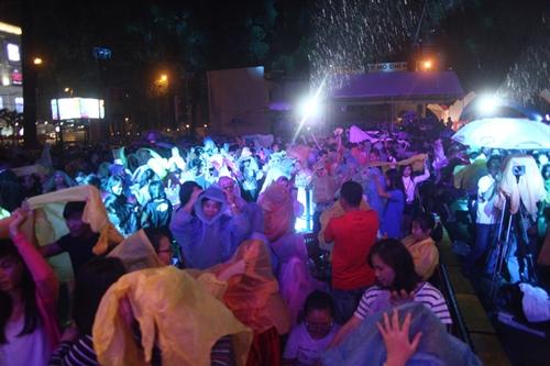 Dàn sao nữ và hàng nghìn fan dầm mưa vì Sơn Tùng - 15