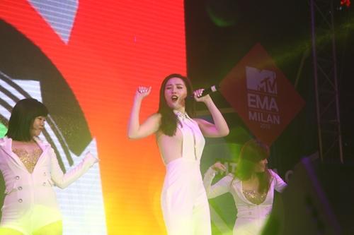 Dàn sao nữ và hàng nghìn fan dầm mưa vì Sơn Tùng - 3