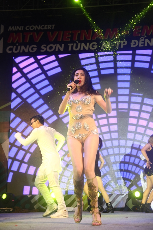 Dàn sao nữ và hàng nghìn fan dầm mưa vì Sơn Tùng - 4