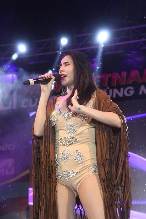 Dàn sao nữ và hàng nghìn fan dầm mưa vì Sơn Tùng - 7
