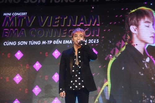 Dàn sao nữ và hàng nghìn fan dầm mưa vì Sơn Tùng - 8