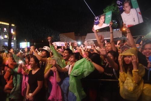 Dàn sao nữ và hàng nghìn fan dầm mưa vì Sơn Tùng - 14