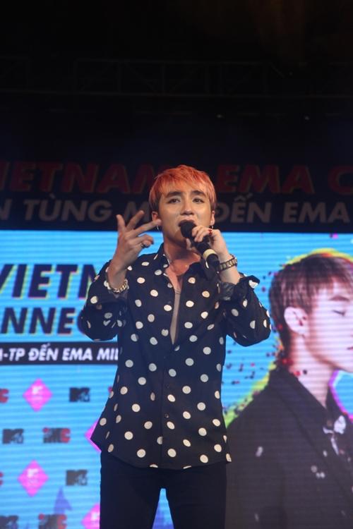 Dàn sao nữ và hàng nghìn fan dầm mưa vì Sơn Tùng - 12