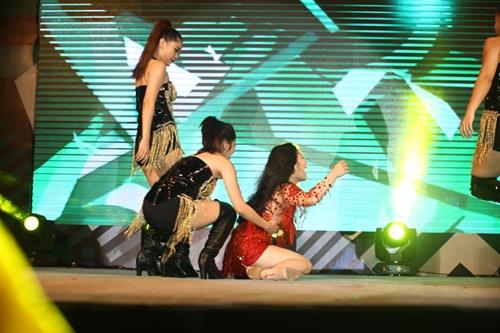 Hương Tràm ngã sõng soài trên sân khấu - 6