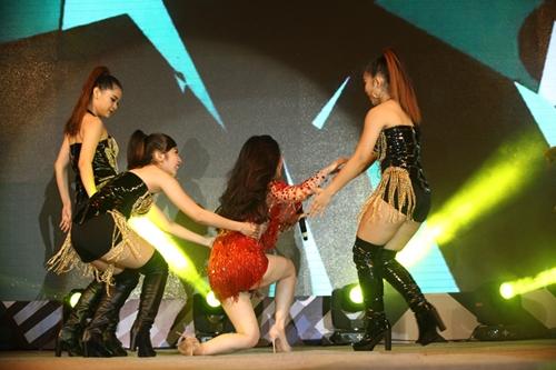 Hương Tràm ngã sõng soài trên sân khấu - 7