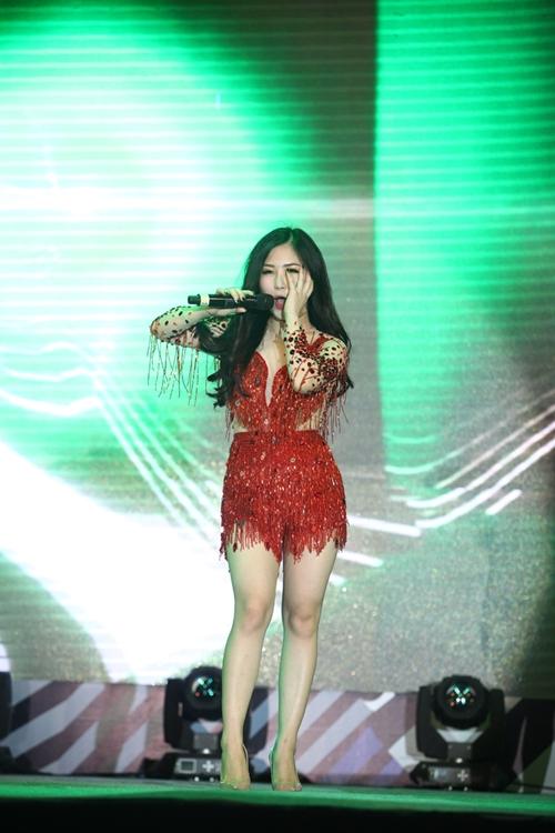 Hương Tràm ngã sõng soài trên sân khấu - 2