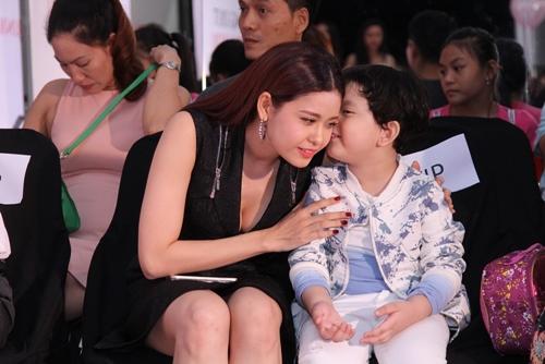 Cậu ấm nhà Trương Quỳnh Anh hôn nựng con gái Xuân Lan - 5