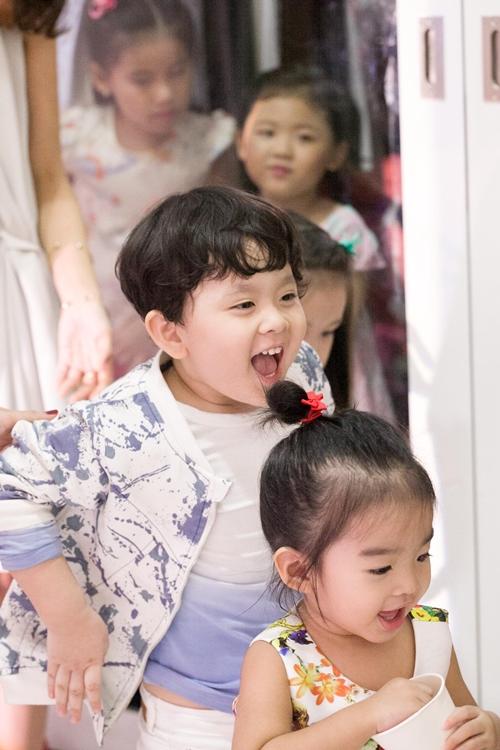 Cậu ấm nhà Trương Quỳnh Anh hôn nựng con gái Xuân Lan - 11