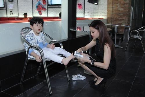 Cậu ấm nhà Trương Quỳnh Anh hôn nựng con gái Xuân Lan - 2