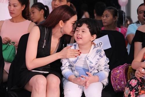Cậu ấm nhà Trương Quỳnh Anh hôn nựng con gái Xuân Lan - 4