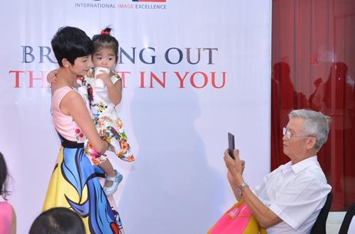 Cậu ấm nhà Trương Quỳnh Anh hôn nựng con gái Xuân Lan - 13
