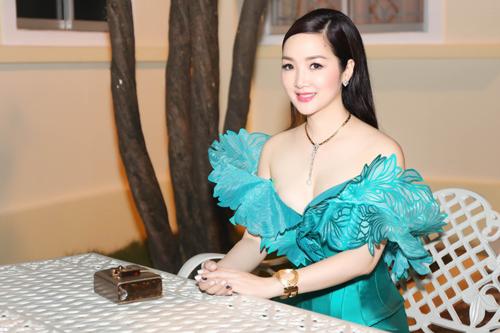 Giáng My trễ nải vai trần hội ngộ đạo diễn Lê Hoàng - 4