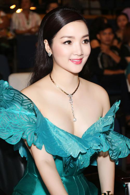 Giáng My trễ nải vai trần hội ngộ đạo diễn Lê Hoàng - 5