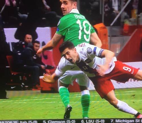 Lewandowski ghi 15 bàn sau 6 trận, vẫn bị chê ăn vạ - 3