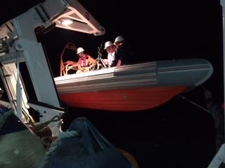 Cứu hai ngư dân trên tàu cá đang chìm ngoài khơi - 1