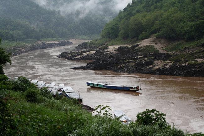 Thuyền trôi trên sông Mekong ở Trung Lào, nơi là mạch máu của sáu quốc gia. Kế hoạch xây dựng hơn 10 đập thủy điện ở đây có thể ảnh hưởng đến nghề cá và thủy lợi dọc con sông này.