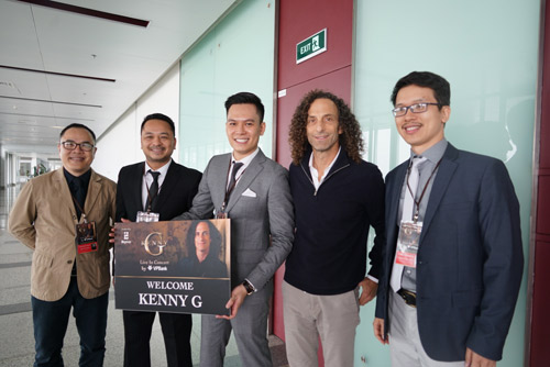 Kenny G cùng ban nhạc tươi cười khi vừa tới Hà Nội - 3