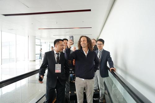 Kenny G cùng ban nhạc tươi cười khi vừa tới Hà Nội - 4