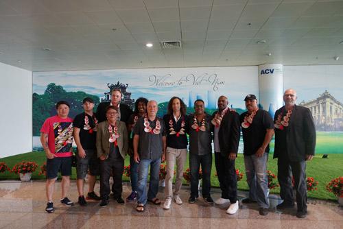 Kenny G cùng ban nhạc tươi cười khi vừa tới Hà Nội - 5