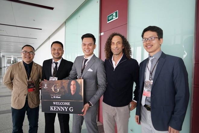 """Kenny G thích thú với """"vòng cổ nón lá"""" khi đến Hà Nội - 2"""