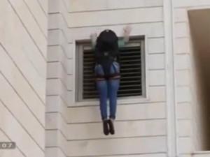 Clip thoát hiểm qua ban công khi cháy chung cư cao tầng