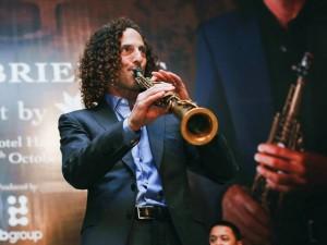 Clip Kenny G ngẫu hứng saxophone trước đêm diễn tại HN