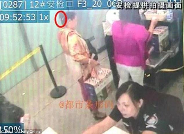 Trung Quốc: Mang dao lên máy bay để... gọt hoa quả - 1