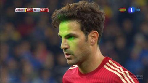 Bị chiếu laser vào mặt, Fabregas lại đá hỏng 11m - 1