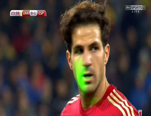 Bị chiếu laser vào mặt, Fabregas lại đá hỏng 11m - 2